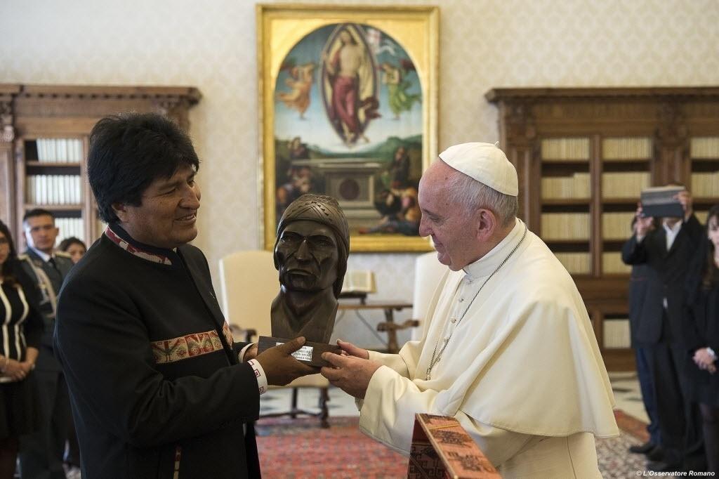 15.abr.2016 - O presidente da Bolívia, Evo Morales (esq.), presenteia o papa Francisco com busto do líder indígena aimará Tupac Katari. Na audiência privada de Morales com o papa realizada no Vaticano, o presidente boliviano também ofereceu ao pontífice livros sobre a folha de coca.