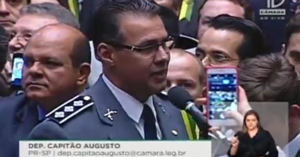 17,abr,2016 - Com vestimenta militar, o deputado Capitão Augusto (PR-SP) exaltou a polícia e votou favoravelmente ao impeachment da presidente Dilma (PT)