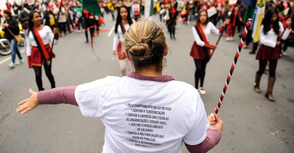 29.abr.2016 - Professores da rede pública de ensino do Paraná realizam um ato no centro de Curitiba na manhã desta sexta-feira para lembrar um ano do confronto entre a categoria e policiais militares no centro da cidade