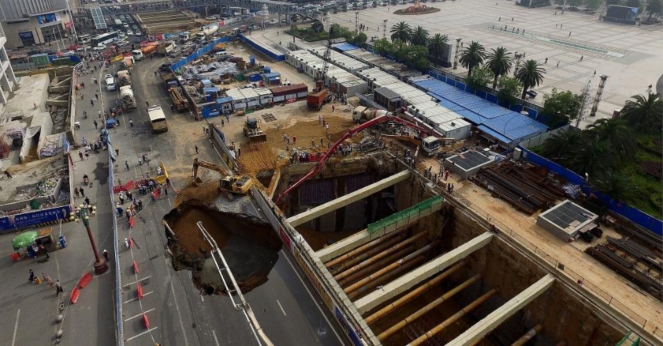 14.mai.2016 - Buraco se abre em meio a avenida na cidade chinesa de Nanchang próximo a local de construção de uma estação de metrô. O desabamento do solo no local da construção abriu uma cratera com mais de 10 metros de diâmetro