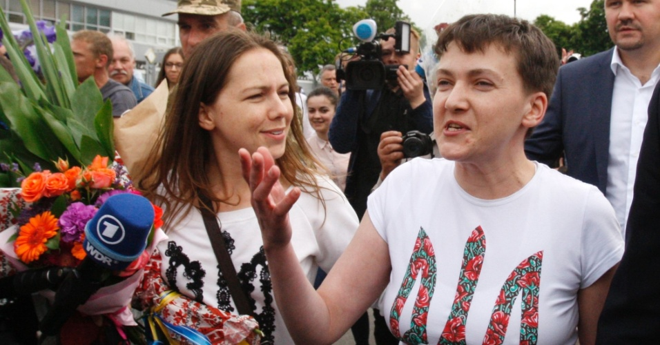 25.mai.2016 - A pilota ucraniana Nadia Savchenko (dir) fala a repórteres ao chegar ao aeroporto de Kiev, na Ucrânia, após ser libertada em troca de prisioneiros pela Rússia