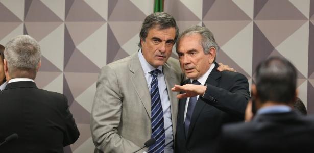 O ex-ministro José Eduardo Cardozo, advogado da presidente afastada, Dilma Rousseff, conversa com o presidente da comissão especial do impeachment no Senado, Raimundo Lira (PMDB-PB)