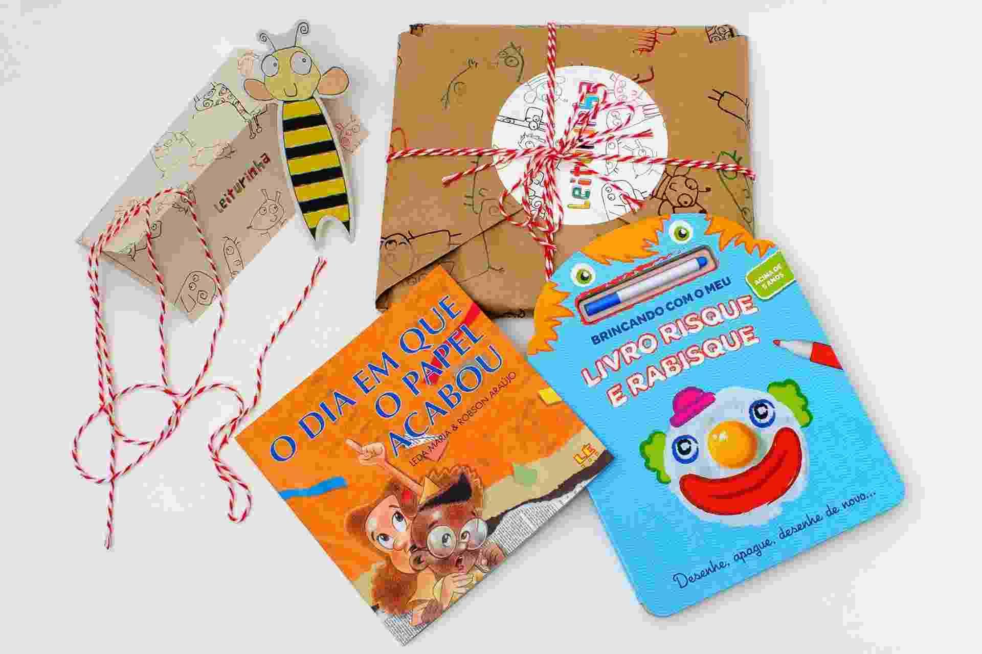 Pacote e livros enviados pelo  Leiturinha, clube de assinatura de livros infantis, para as crianças - Divulgação