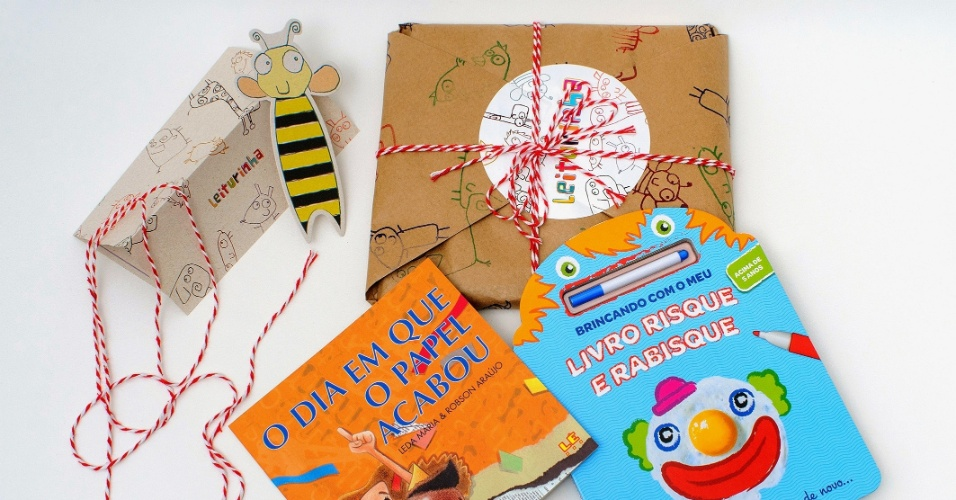 Pacote e livros enviados pelo  Leiturinha, clube de assinatura de livros infantis, para as crianças
