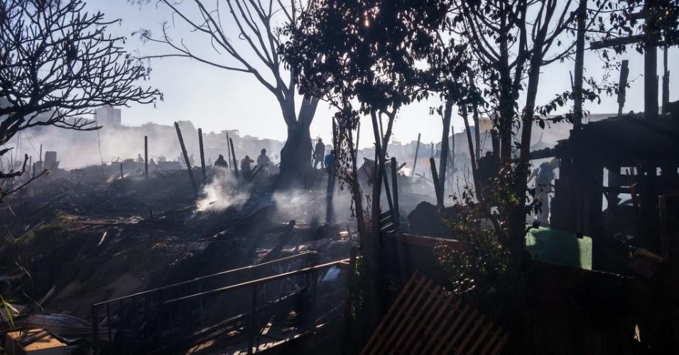 1º.ago.2016 - Um incêndio na Favela dos Tubos, zona norte de São Paulo, deixou 140 famílias desabrigadas. O fogo consumiu uma área de 800 metros quadrados. Ninguém ficou ferido. Cerca de 400 pessoas ficaram desalojadas e foram acolhidas na casa de parentes. Engenheiros e agentes vistores estão cadastrando os desabrigados