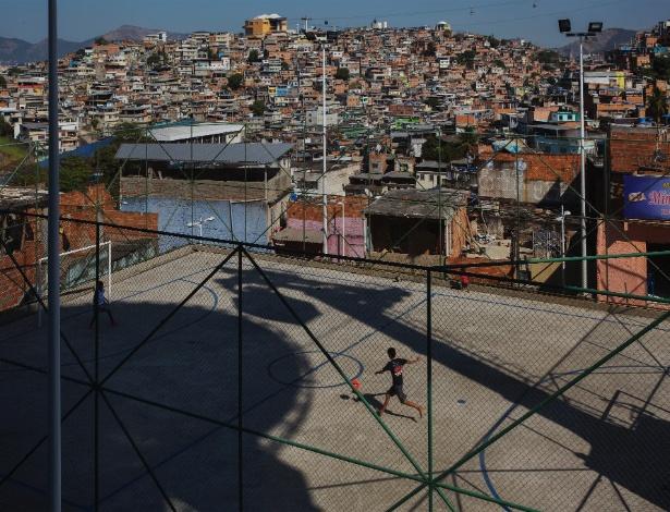 Crianças jogam futebol no Complexo do Alemão, no Rio
