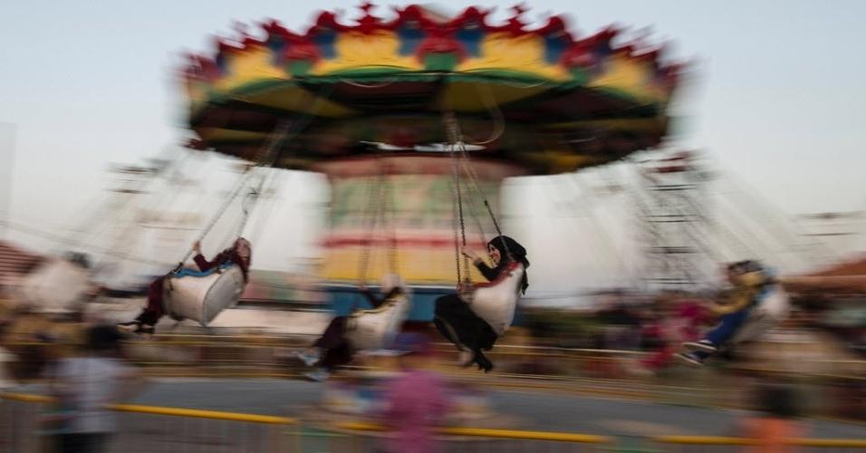 15.set.2016 - Palestinos giram em atração de parque de diversões na cidade de Gaza. Os muçulmanos celebram o Eid al-Adha (festival do sacrifício)