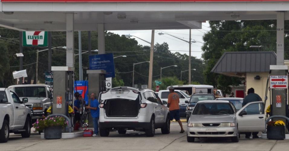 6.out.2016 - Pessoas compram combustível em Titusville, na Flórida, antes da passagem do furacão Matthew pelo Estado