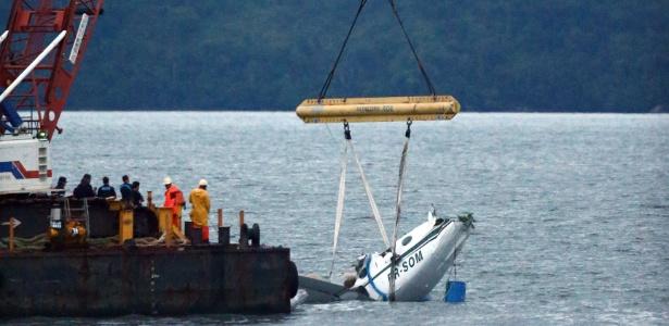 Guindaste iça os destroços do avião que caiu no mar a dois quilômetros de Paraty (RJ)