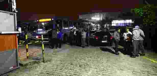 28.abr.2017 - Motoristas aderem à greve geral e cruzam os braços em frente à garagem da Viação Osasco, na Grande São Paulo - Aloisio Mauricio/Estadão Conteúdo - Aloisio Mauricio/Estadão Conteúdo