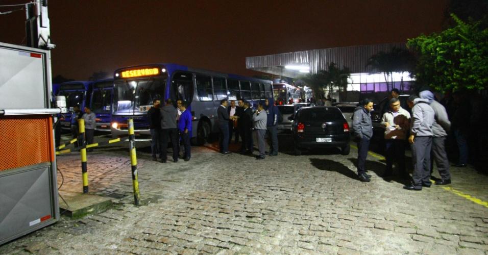 28.abr.2017 - Motoristas aderem à greve geral e cruzam os braços em frente à garagem da Viação Osasco, na Grande São Paulo