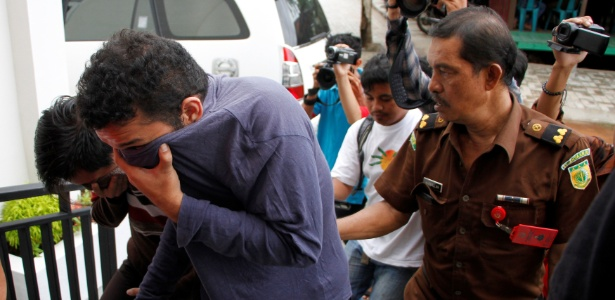 Dois indonésios (esq) que foram sentencionados por terem tido relações sexuais em Banda Aceh, Indonésia