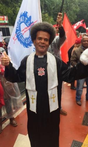 21.mai.2017 - Manifestante fantasiado - segundo ele, de Frei Jabá - participou do encontro no Masp (Museu de Arte de São Paulo), na avenida Paulista