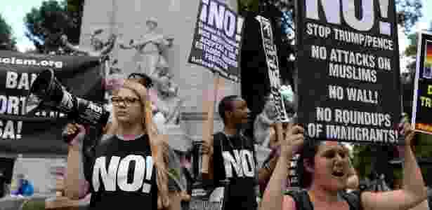 26.jun.2017 - Manifestantes protestam contra decisão da Suprema Corte de permitir parte da lei que proíbe viagens de muçulmanos aos EUA, em Manhattan - Amr Alfiky/Reuters - Amr Alfiky/Reuters