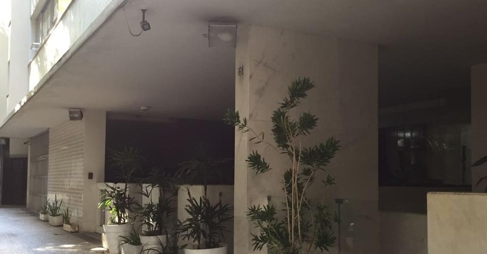 Nas Laranjeiras, um prédio colocou embaixo de sua marquise três poderosos holofotes que, acesos, impedem que moradores de rua durmam na calçada. Há ainda a colocação de tapumes e até creolina, com forte cheiro que impede que se instale por ali por muito tempo