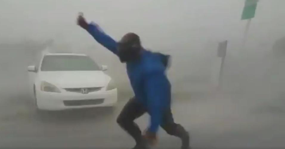 10.set.2017 - Em vídeo nas redes sociais, um norte-americano aparece desafiando o vento e a tempestade do furacão Irma em Key West, no sul da Flórida