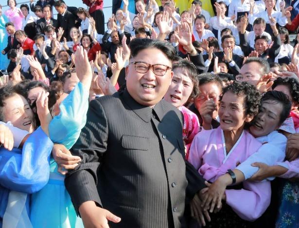 Líder norte-coreano Kim Jong-un entre apoiadores, na capital do país, Pyongyang