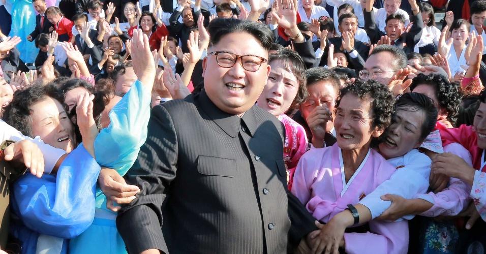 12.set.2017 - Líder norte-coreano Kim Jong-un entre apoiadores, na capital do país, Pyongyang