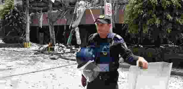 19.set.2017 - Policial isola prédio destruído após terremoto atingir a Cidade do México - OMAR TORRES/AFP - OMAR TORRES/AFP