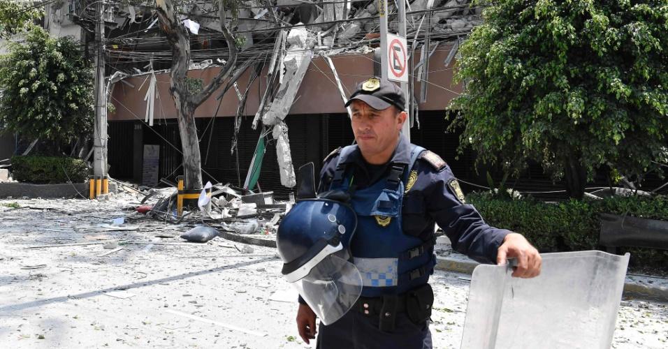 19.set.2017 - Policial isola prédio destruído após terremoto atingir a Cidade do México