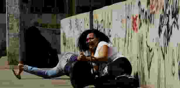 22.set.2017 - Moradores se refugiaram em passarela durante tiroteio na Rocinha - Gabriel Paiva/Agência O Globo