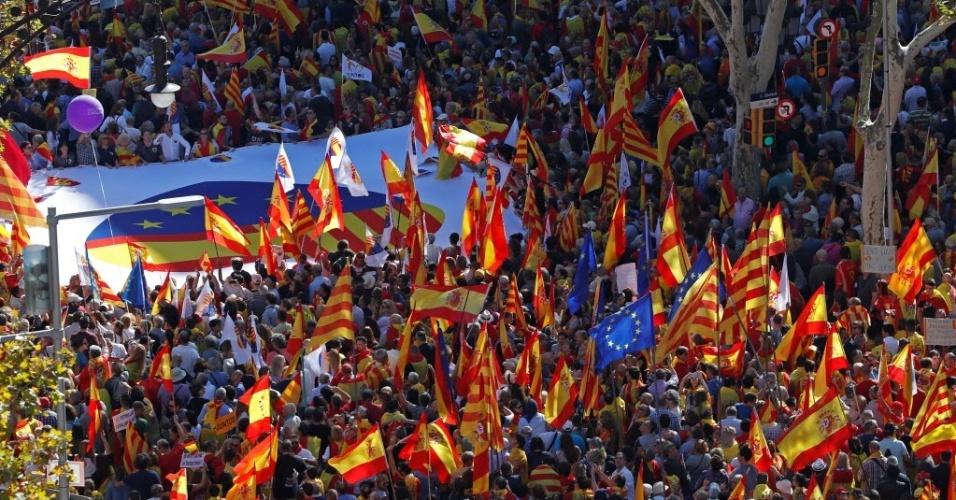 29.out.2017 - Preocupados após a declaração de independência da Catalunha, milhares de catalães contrários à secessão foram às ruas em Barcelona