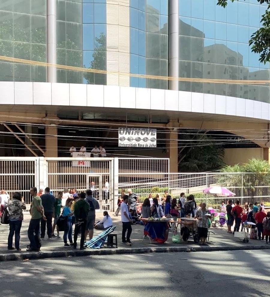12.nov.2017 - Estudantes chegam ao campus da Uninove, na zona oeste de São Paulo, para a segunda etapa do Enem (Exame Nacional do Ensino Médio)