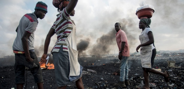 Famílias tiram o sustento do lixão de Agbogbloshie, periferia de Acra. Ali ONG ensina alternativa para os moradores - Cristina Aldehuela/AFP