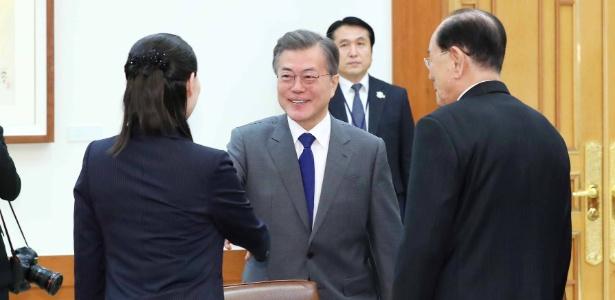 Presidente da Coreia do Sul, Moon Jae-in, cumprimenta Kim Yo-jong, irmã do líder norte-coreano Kim Jong-un, em encontro no sábado (10)