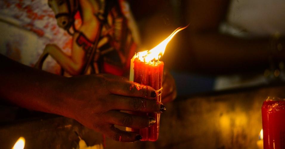 23.abr.2018 - Fiéis celebram o Dia de São Jorge na paróquia dedicada ao santo, no bairro de Quintino, na zona norte do Rio de Janeiro, nas primeiras horas desta segunda-feira, 23