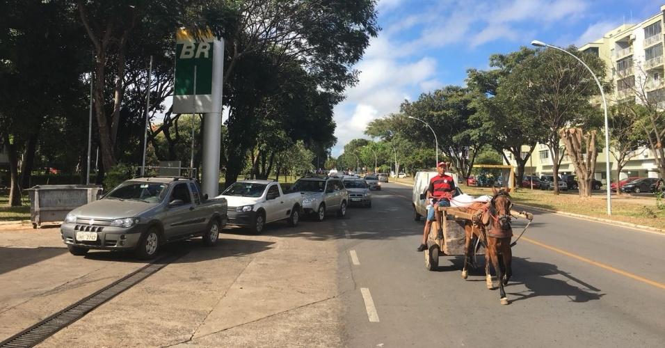 Na L1 da Asa Norte de Brasília, a fila de carros continua quilométrica, apesar de as bombas estarem vazias no momento. Mas os funcionários do posto acabaram de destampar o painel com os preços ?gasolina está R$ 4,58. E uma carroça passa normalmente