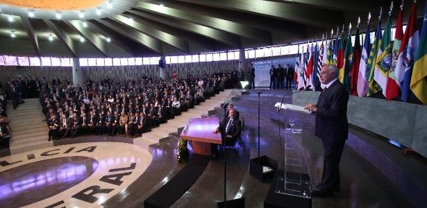 Observado por Jungmann (sentado), Michel Temer discursa em Seminário Nacional de Segurança Pública
