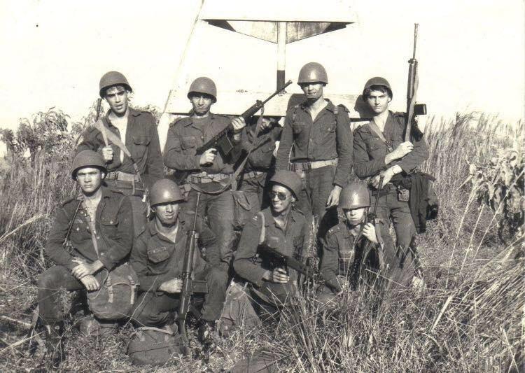 Jair Bolsonaro (à direita), em 1974, na Academia Militar das Agulhas Negras,  uma escola de ensino superior do Exército Brasileiro, situada em Resende (RJ)