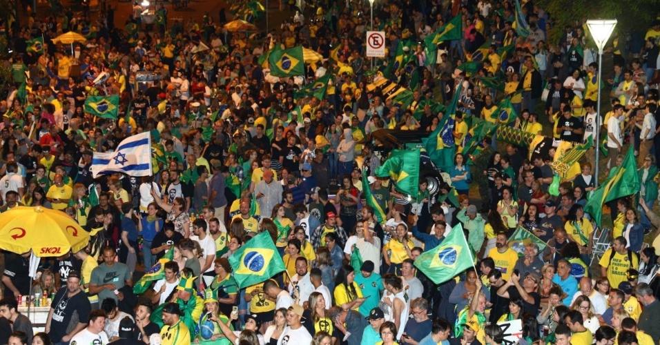 28.out.2018 Apoiadores de Jair Bolsonaro (PSL) se reuniram nas proximidades do Parque Moinhos de Vento, em Porto Alegre, neste domingo, para comemorar a vitória do candidato na eleição presidencial