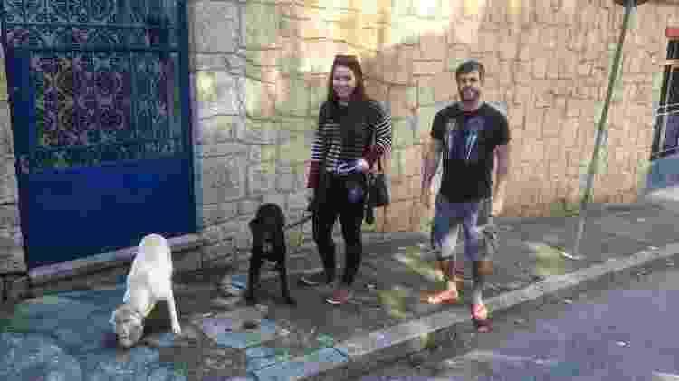 Tatiana e Cláudio passeiam com Gaia e Camilinha - Arquivo pessoal