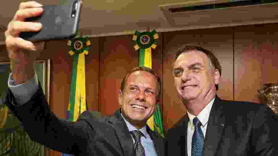 João Doria (PSDB), governador de São Paulo, tira uma foto com o presidente Jair Bolsonaro (PSL) após encontro entre os dois no Palácio do Planalto, em Brasília - Marcos Corrêa/PR