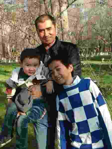 Abdulhamid Tursun com seus filhos Yunus (esq) e Imran em foto de 2015 - Abdulhamid Tursun via The New York Times