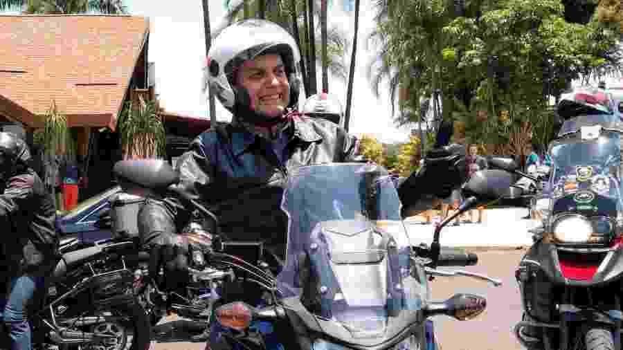 Bolsonaro em moto durante passeio em Brasília: ele afirmou hoje que pegou as gravações do seu condomínio no Rio - Guilherme Mazieiro/UOL