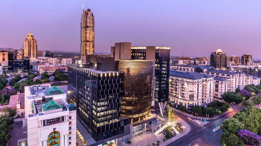 Fim de tarde em Sandton, em Joanesburgo (África do Sul), com o prédio Leonardo e os apartamentos Michelangelo - Getty Images