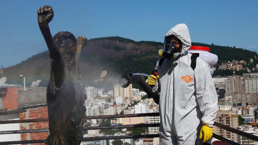 Higienização contra o novo Coronavírus, em comunidade Santa Marta, no Rio de Janeiro - LUCIANO BELFORD/ESTADÃO CONTEÚDO