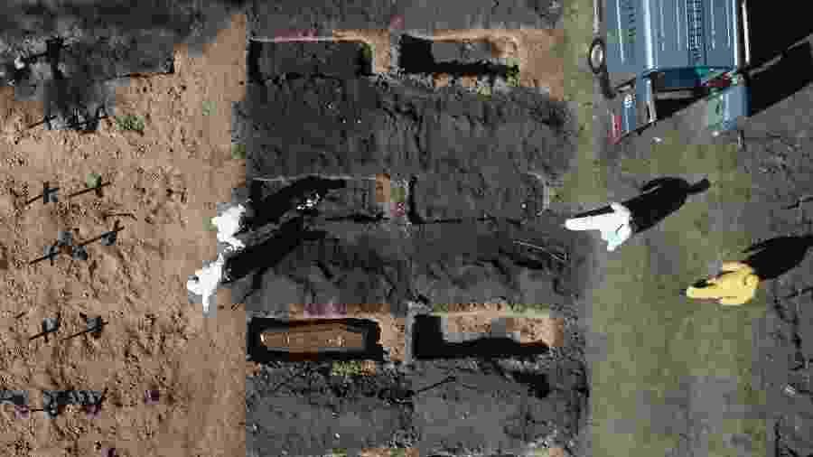 Enterro de vítimas da covid-19 em Buenos Aires, na Argentina - AFP