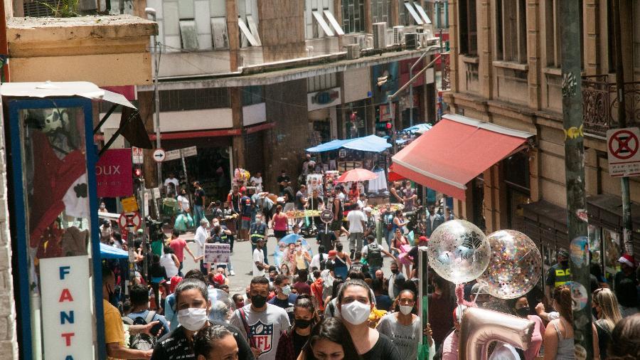 Movimentação intensa no entorno da rua 25 de Março, no centro São Paulo - 12.dez.2020 - ROBERTO COSTA/CÓDIGO19/ESTADÃO CONTEÚDO