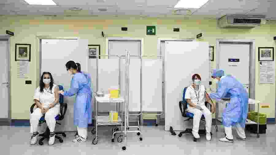 Itália: Enfermeiras do hospital de Cremona recebem dose da vacina contra o coronavírus - POOL/REUTERS