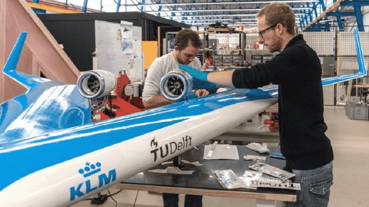 Um modelo em escala de voo do Flying-V sendo preparado para testes - Tu Delft - Tu Delft