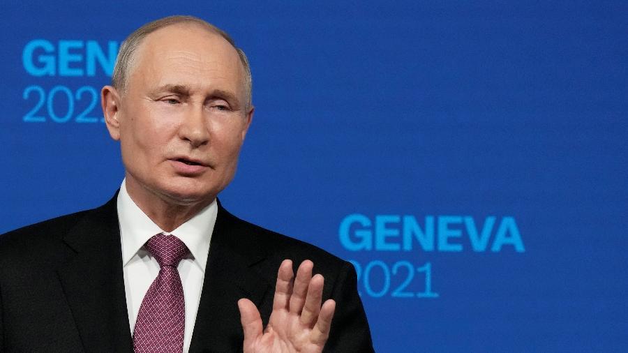 16.jun.2021 - O presidente russo, Vladimir Putin, fala durante uma entrevista coletiva após sua reunião com o presidente dos EUA, Joe Biden, em Genebra, na Suíça  - Alexander Zemlianichenko / Pool via REUTERS