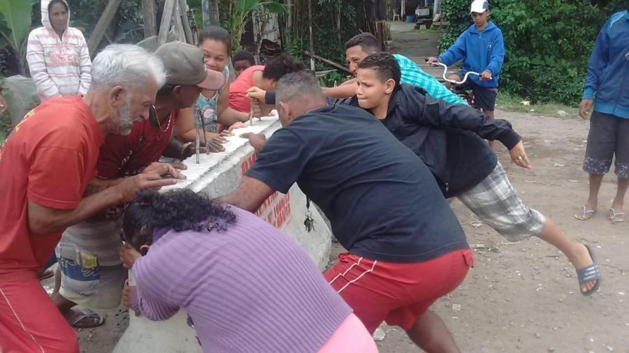 Moradores tentam derrubar barreiras instaladas pela prefeitura em comunidade afetada por sarna humana - Arquivo Pessoal/Patrícia Patrali