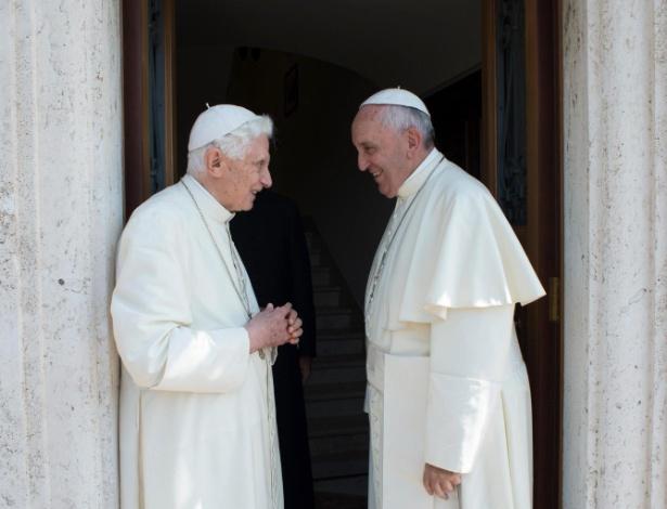 30.jul.2015 - Bento 16 (à esquerda) é saudado pelo papa Francisco antes de sua partida para Castelgandolfo, residência de verão dos papas, na Itália