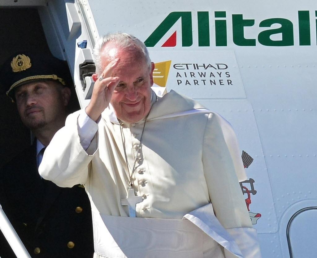 10.jul.2015 - Papa Francisco se despede da Bolívia e parte para o Paraguai, onde encerra sua viagem de uma semana pela América do Sul
