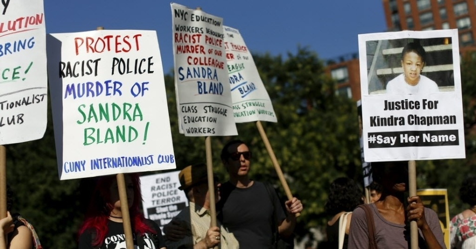 Manifestantes seguram cartazes durante um protesto contra a violência policial, após a morte de Sandra Bland na prisão. Nesta quarta-feira (22), promotores de Justiça do Estado do Texas, onde a jovem foi detida, divulgaram um vídeo com o momento da detenção de Bland