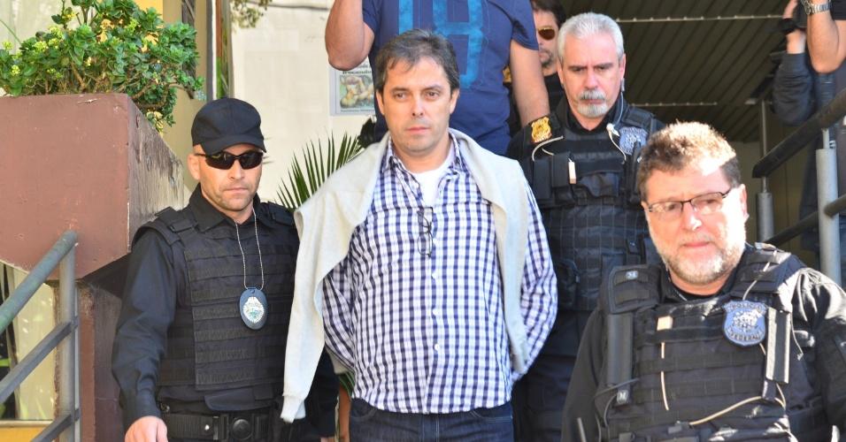 29.jul.2015 - Flávio David Barra, executivo da Andrade Gutierrez, é levado para o IML para fazer exame de corpo de delito no IML (Instituto Médico Legal) em Curitiba, no Paraná. Barra foi preso na 16ª fase da Operação Lava Jato